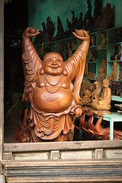 Een heel groot houten, vrolijk Boeddha beeld