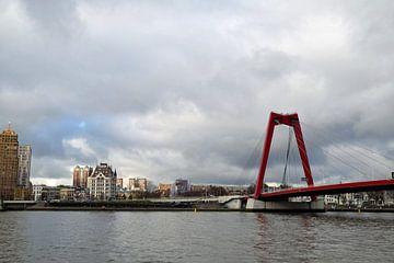 Stadsgezicht Rotterdam met daarop de Maas en de Willemsbrug met op de achtergrond de Maasboulevard van Robin Verhoef
