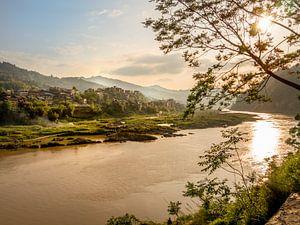 Zonsopgang op de Shijiang river, China, nabij Sanjiang, Guilin, Guangxi van
