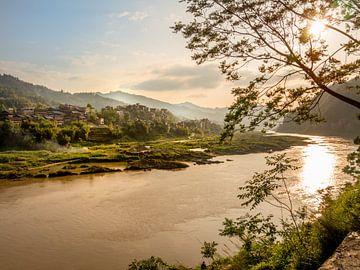 Zonsopgang op de Shijiang river, China, nabij Sanjiang, Guilin, Guangxi van Ruurd Dankloff