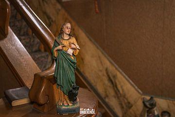 Heilige beeldje bij de trap. van Het Onbekende