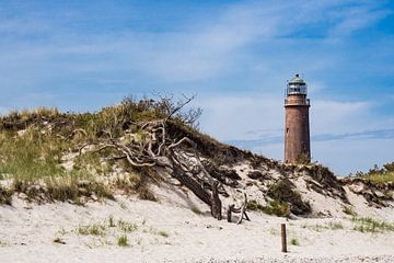 Der Weststrand mit Leuchtturm an der Küste der Ostsee von Rico Ködder