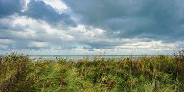 Dreigende Lucht boven Zee gezien vanaf het duin van Dirk Huckriede