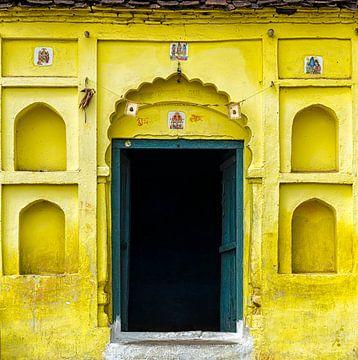 Gelbe Fassade in Orccha, Indien von Theo Molenaar
