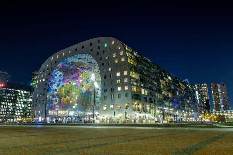 Avondfoto van de Markthal in Rotterdam van Mark De Rooij