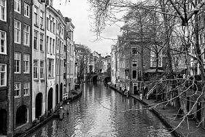 Oudegracht in Utrecht en de Maartensbrugbrug gezien vanaf de Gaardbrug in zwart-wit van