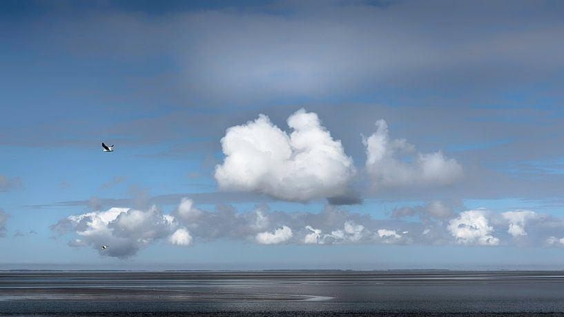Wolken boven Waddenzee van Greetje van Son