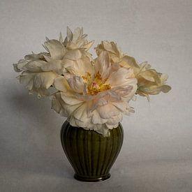 Pfingstrosen in einer Vase von Elly van Veen