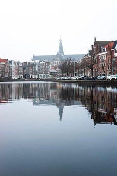 Spaarne Haarlem avec vue sur la Grote Bavo sur willemien kamps