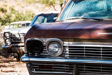Gerbroken koplamp van een oude Chevrolet van Johan Veenstra