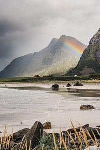 Een regenboog tussen de bergen (Lofoten, Noorwegen)
