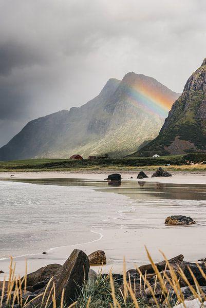 Een regenboog tussen de bergen (Lofoten, Noorwegen) van Manon van Goethem