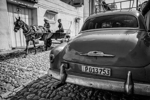 Oldtimer klassieke auto in centrum van Havana Cuba. One2expose Wout Kok Photography.  van