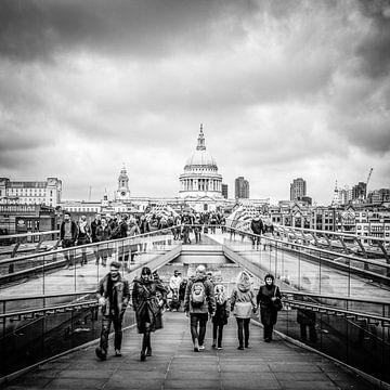 Millenniumsbrücke zur St. Pauls Cathedral in London von H Verdurmen