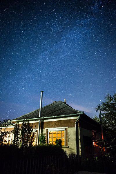 Hongaars huis onder een sterrenhemel van Leon Weggelaar