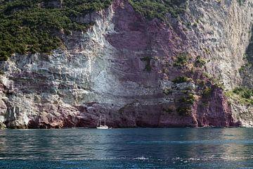 Kleines Segelboot in einer Bucht vor den Felsklippen des Mittelmeers, Kopierraum von Maren Winter