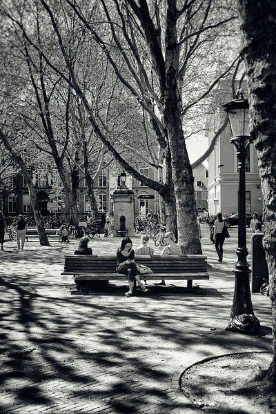 Straatfotografie Utrecht.Een lommerrijke Mariaplaats te Utrecht in zwart-wit (Utrecht2019@40mm nr 85 van De Utrechtse Grachten