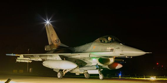 F-16 komt terug van een nachtelijke missie