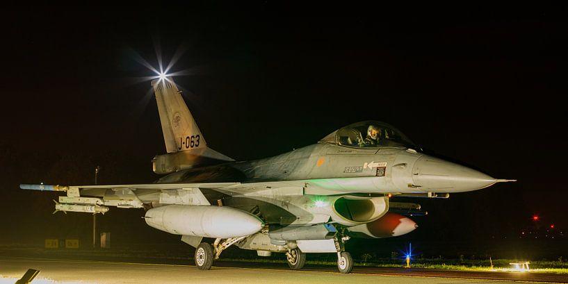F-16 komt terug van een nachtelijke missie van Arjan van de Logt