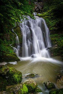 Een verstopte waterval tussen de bergen in Frankrijk van Vincent Alkema