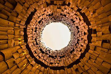 Vreemde poort en trompet in de lucht. Oranje tunnel van Michael Semenov