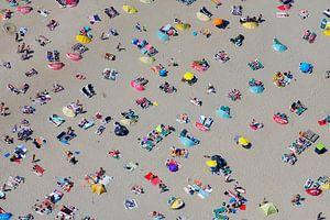Druk zomers strand bij Zandvoort met veel badgasten