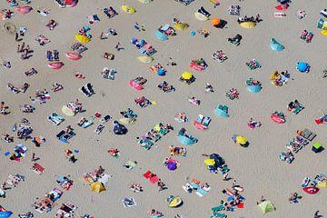Druk zomers strand bij Zandvoort met veel badgasten von Marco van Middelkoop