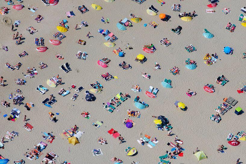 Druk zomers strand bij Zandvoort met veel badgasten van Marco van Middelkoop