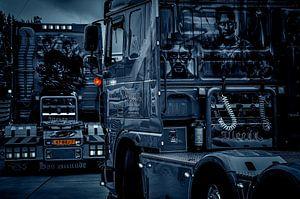 Zwei einzigartige Lastwagen in schwarz-weiß...