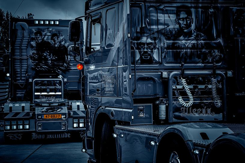 Zwei einzigartige Lastwagen in schwarz-weiß... von Nico van der Hout