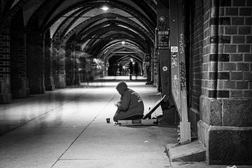 Eenzame man in Berlijn von Leon Weggelaar