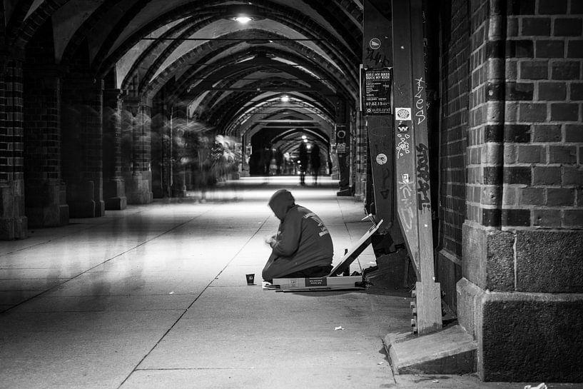 Eenzame man in Berlijn van Leon Weggelaar