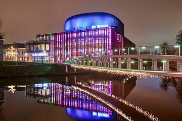 Theater De Spiegel weerspiegeld in het water van Jenco van Zalk