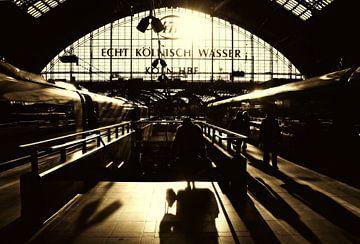 Köln Bahnhof (monochrom) von Die Farbenfluesterin