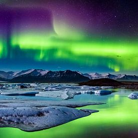Noorderlicht boven de gletsjerlagune, IJsland van Sascha Kilmer