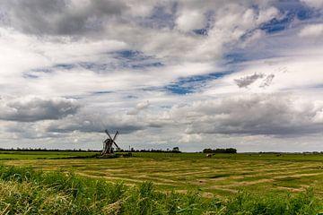 Eine Mühle mit einem schönen Wolkenhimmel. von Erik de Rijk