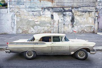 Ein graues und grünes amerikanisches Auto, das immer noch durch die Straßen Kubas fährt. von Tjeerd Kruse