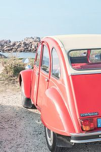 Franse klassieke Citroën 2CV geparkeerd in de duinen in de buurt van het strand in Bretagne, Frankri