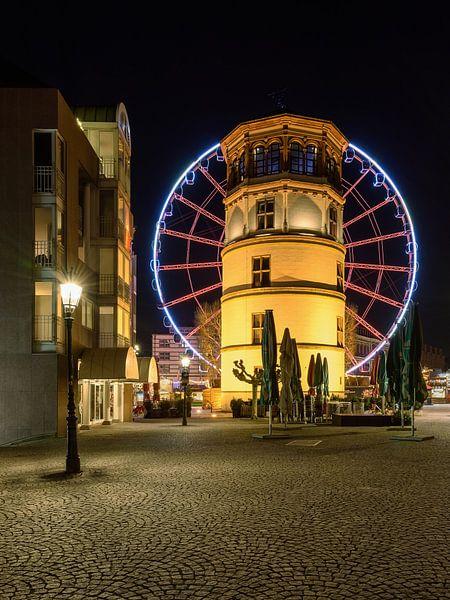 Schlossturm in Düsseldorf und rotes Riesenrad von Michael Valjak