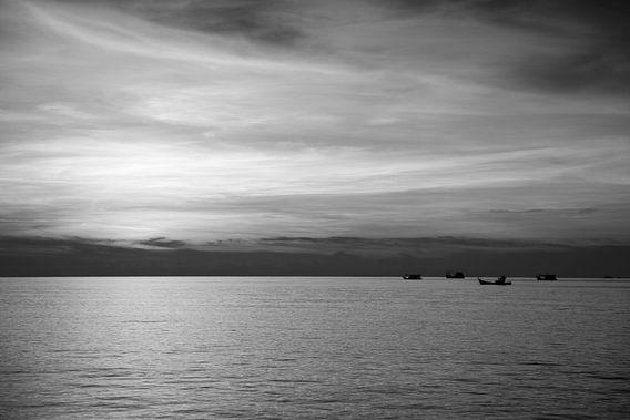Zeezicht met zonsondergang en bootjes. van Vanessa Devolder