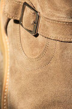 Detail eines hellbraunen Wildlederschuhs. Schuh-Porno von Bobsphotography