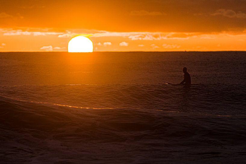 Surfen bij zonsopkomst van Jim De Sitter