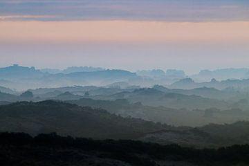 Dünen im Nebel mit Bunker auf der Dünenspitze von Menno van Duijn