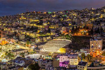 Romeins theater en skyline van Amman, Jordanië van Bert Beckers