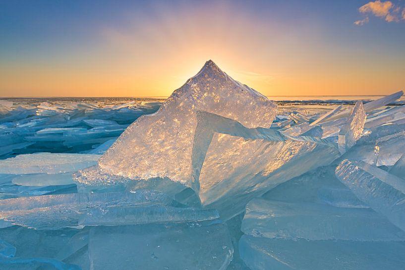 Glowing Ice - Lake IJsselmeer van Bas Meelker