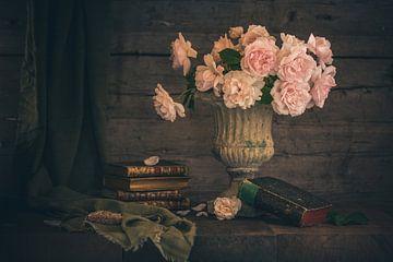 Stillleben mit Rosen und alten Büchern