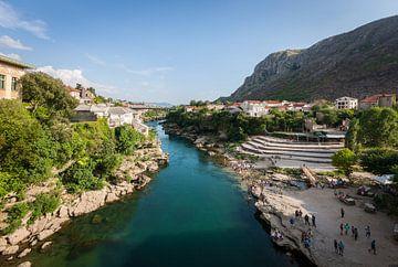 Vanaf de brug in Mostar van Mark de Vries