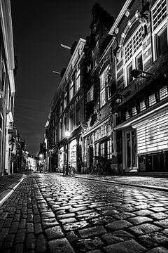 Warmoestraat in der Innenstadt von Haarlem - schwarz-weiß von Arjen Schippers
