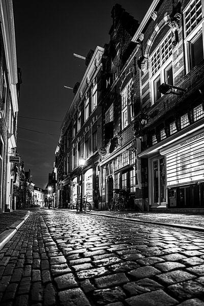 Warmoestraat dans le centre-ville de Haarlem - en noir et blanc sur Arjen Schippers