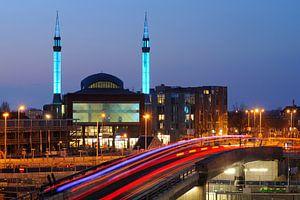 Ulu Moskee in Lombok in Utrecht met busbaan op voorgrond